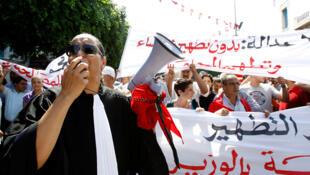 Manifestantes nas ruas de Túnis.