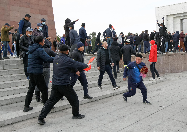 Нападение сторонников Садыра Жапарова на участников митинга оппозиционных партий 9 октября 2020 г.
