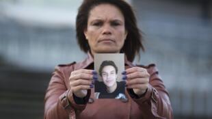 Rosana Rodrigues segura a foto do seu filho Brian de Mulder, que combate ao lado do grupo radical Estado Islâmico na Síria.