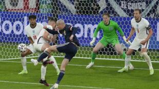 El delantero escocés Lyndon Dykes remata sobre la portería de Inglaterra, en partido del Grupo D de la Eurocopa 2020 en el estadio de Wembley en Londres, el 18 de junio de 2021
