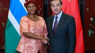 中國外長王毅與岡比亞外長蓋伊簽署復交公報後握手