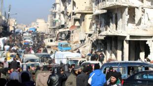 Quân nổi dậy và thường dân ở đông Aleppo, Syria chờ đi di tản, ngày 18/12/2016.
