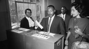 Martin Luther King et son épouse Coretta dans un bureau de vote d'Atlanta, ville natale du pasteur, en mars 1964.