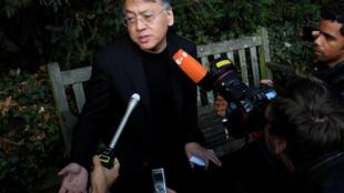 Nhà văn Anh gốc Nhật Kazuo Ishiguro, tân khôi nguyên Nobel Văn Học 2017, trả lời phỏng vấn bên ngoài nhà riêng tại Luân Đôn, ngày 05/10/2017.