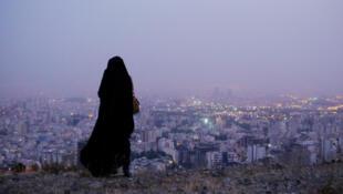 Mulher observa paisagem em Teerã