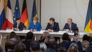 O presidente ucraniano Volodymyr Zelensky, a chanceler alemã Angela Merkel, o presidente francês Emmanuel Macron e o presidente russo Vladimir Putin no Palácio do Eliseu, em 9 de dezembro de 2019.