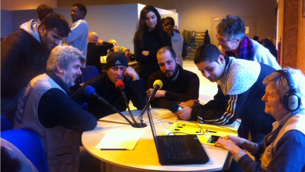 Atelier radio dans l'accueil de jour du Secours Catholique.