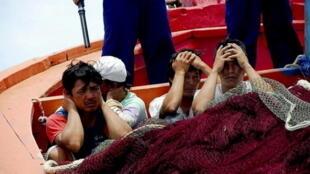 Ngư dân Việt Nam bị lính Trung Quốc bắt và tịch thu tàu.