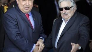El presidente venezolano Hugo Chávez y su homólogo uruguayo José Mujica, cumbre de Mercosur, 20 de diciembre de 2011.