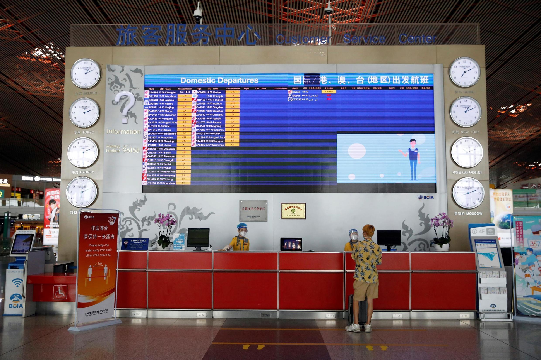 В связи с новой вспышкой коронавируса в международном аэропорту Пекина отменили более тысячи рейсов — это 70% всего трафика.