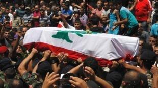 Mardi 25 juin, des Libanais portent le cercueil d'un soldat tué dans les violences qui se multiplient à Tripoli, le long de la frontière syrienne.