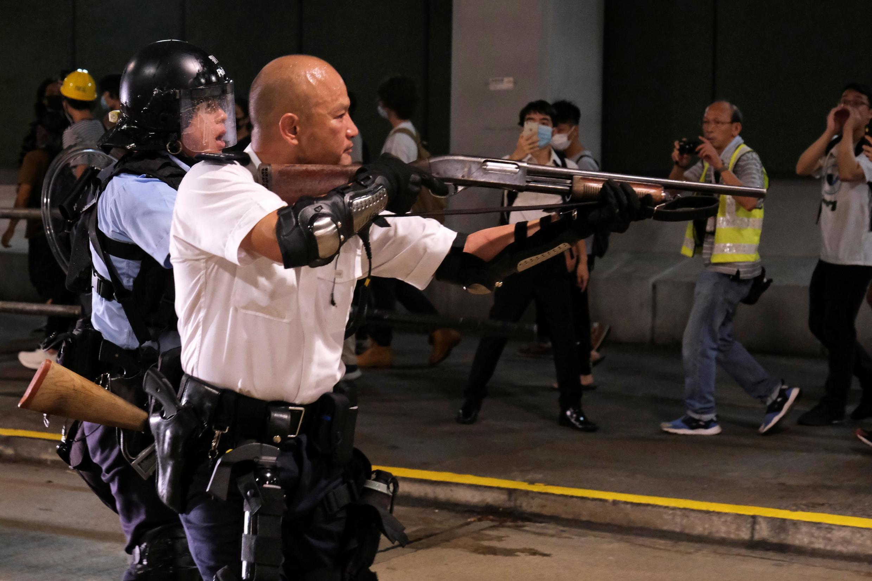 Một cảnh sát chĩa súng vào người biểu tình phản đối dự luật cho phép dẫn độ tại Hồng Kông ngày 30/07/2019.
