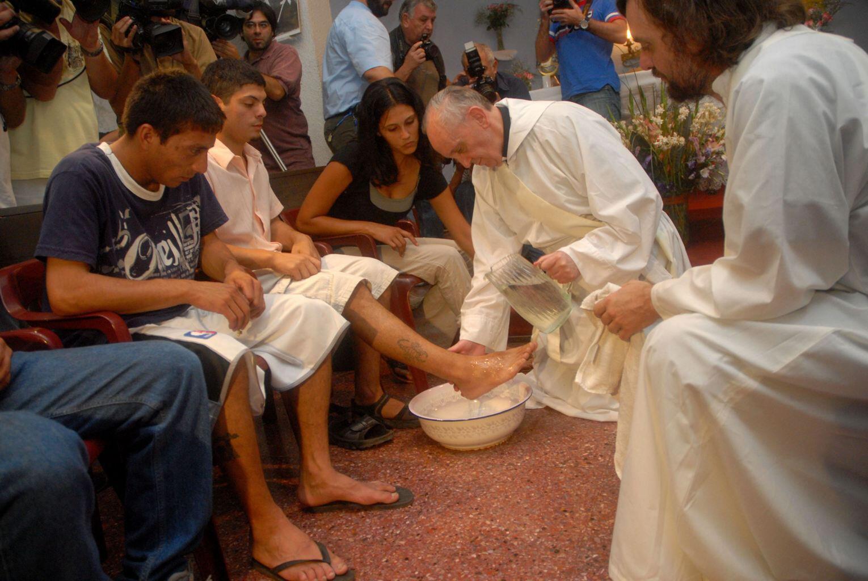 Giáo Hoàng Phanxicô rửa chân cho các tù nhân vị thành niên tại nhà tù Casal del Marmo, gần Roma, nhân ngày Thứ Năm Tuần thánh, cuối tháng 3/2013.