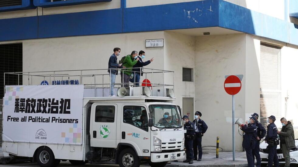 2021年元旦,香港泛民主派人士汽车巡游至荔枝角警署门外,要求释放政治犯。