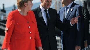 Angela Merkel (g), Emmanuel Macron (c) et Paolo Gentiloni (d), avant le sommet de Trieste, le 12 juillet 2017.