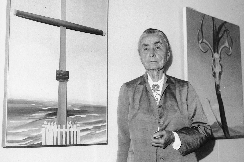 En esta foto de archivo del 8 de octubre de 1970, Georgia O'Keeffe se encuentra junto a sus pinturas al óleo durante una revisión de prensa de 121 pinturas, acuarelas y dibujos que se exhiben en el Museo Whitney de Arte Americano en Nueva York.