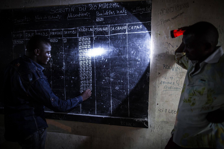 Comptages des voix à l'issue du scrutin, dans un bureau de l'école SG Angola Libre du district de Makelekelele, sans électricité, le 20 mars 2016.