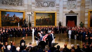 Lĩnh cữu thượng nghị sĩ John McCain được đặt giữa trụ sở Quốc Hội, nhà vòm Capitol tại Washington để người dân và đồng nghiệp đến viếng.