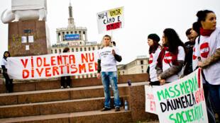 «La violence n'est pas un divertissement». Manifestation de groupes féministes à Bucarest contre la manière dont les médias traitent la violence sexuelle.