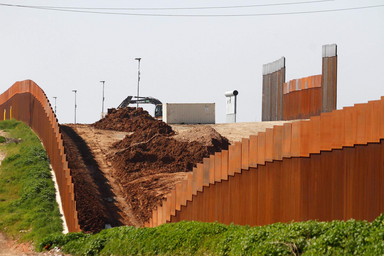 Một phần hàng rào biên giới thực tế được dựng lên gần San Diego, Mehicô ngày 27/02/2019