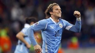 Diego Forlan jubile : il vient de donner l'avantage à l'Uruguay d'une reprise de volée.