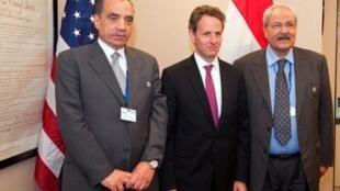 Le ministre égyptien des Finances Samir Radwane (D), le secrétaire américain au Trésor, Tim Geithner (C) et le gouverneur de la Banque centrale égyptienne Farouk al-Okdah, le 16 avril 2011 à Washington.