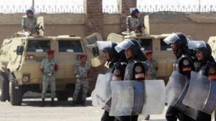 Le Caire, devant l'Académie militaire où se déroule le procès à huis clos d'Hosni Moubarak. L'armée et la police anti-émeutes ont pris position.