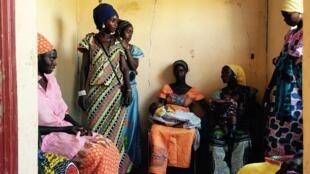Femmes attendant leur tour, à l'occasion du passage de la sage-femme itinérante dans la région de Marakissa.