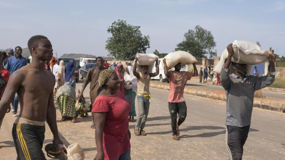 Wasu 'yan Najeriya bayan wawure dakin ajiye abinci da ke birnin Jos a jihar Plateau.