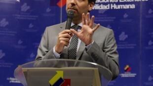 """نشست خبری  Guillaume Long وزیر امور خارجه اکوادور در """"کیتو"""" پایتخت اکوادور. ۷ مارس ٢٠۱۶"""