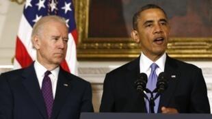 Le président américain Barack Obama (d) aux côtés du vice-président Joe Biden pendant son allocution à la Maison Blanche. Washington, le 21 mai 2013.