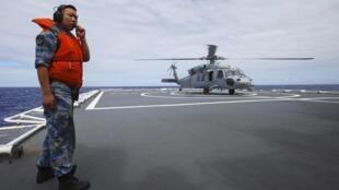 Trực thăng Mỹ UH60 chuẩn bị rởi tàu Hòa Bình phương chu Trung Quốc trong khuôn khổ cuộc tập trận RIMPAC, Honolulu, Haiwai, 23/07/2014
