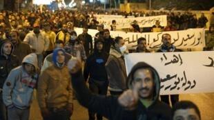 Três jovens morreram na noite desta segunda-feira em Port Said, onde confrontos foram registrados entre manifestantes e policias diante de várias delegacias de polícia.