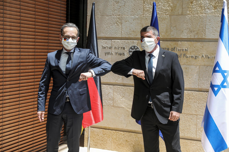 El ministro alemán de Relaciones Exteriores, Heiko Maas (I), y su homólogo israelí, Gabi Ashkénazi, el 10 de junio de 2020 en Jerusalén