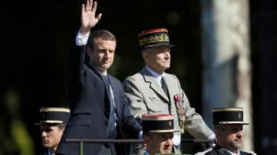Президент Франции Эмманюэль Макрон и глава Генштаба генерал Пьер де Вилье прибывают на военный парад в честь Дня взятия Бастилии, Париж, 14 июля 2017 г.