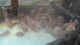 Bức ảnh trên trang mạng Vkontakte cho thấy công nhân hãng sản xuất phô-mai đang tắm trong bồn chứa sữa.