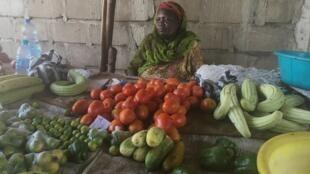 Une vendeuse de légumes de Juba à l'étalage clairsemé, le 28 mars 2018.