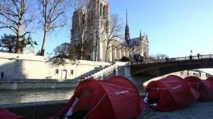 Des tentes pour les sans-abri installées à Paris par l'association Les Enfants de Don Quichotte,