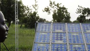 Des panneaux solaires à Tanghin Dassouri, près de Ouagadougou, au Burkina Faso (en 2004)..