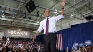 Barack Obama saluant la foule à Tampa, en Floride le 22 juin 2012.
