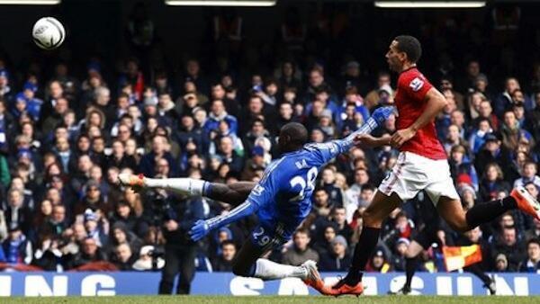 Mshambuliaji wa Chelsea Demba Ba akifunga goli dhidi ya Manchester United kwenye mchezo wa Robo Fainali ya Kombe la FA