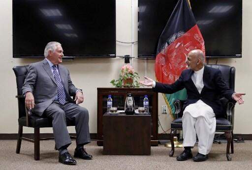 美國務卿蒂勒森2017年10月23日突訪阿富汗,與阿富汗總統在巴格拉姆空軍基地會晤。