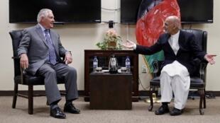 Ngoại trưởng Mỹ  Rex Tillerson gặp tổng thống Afghanistan Ashraf Ghani (P), trong chuyến viếng thăm bất ngờ ngày 23/10/2017.