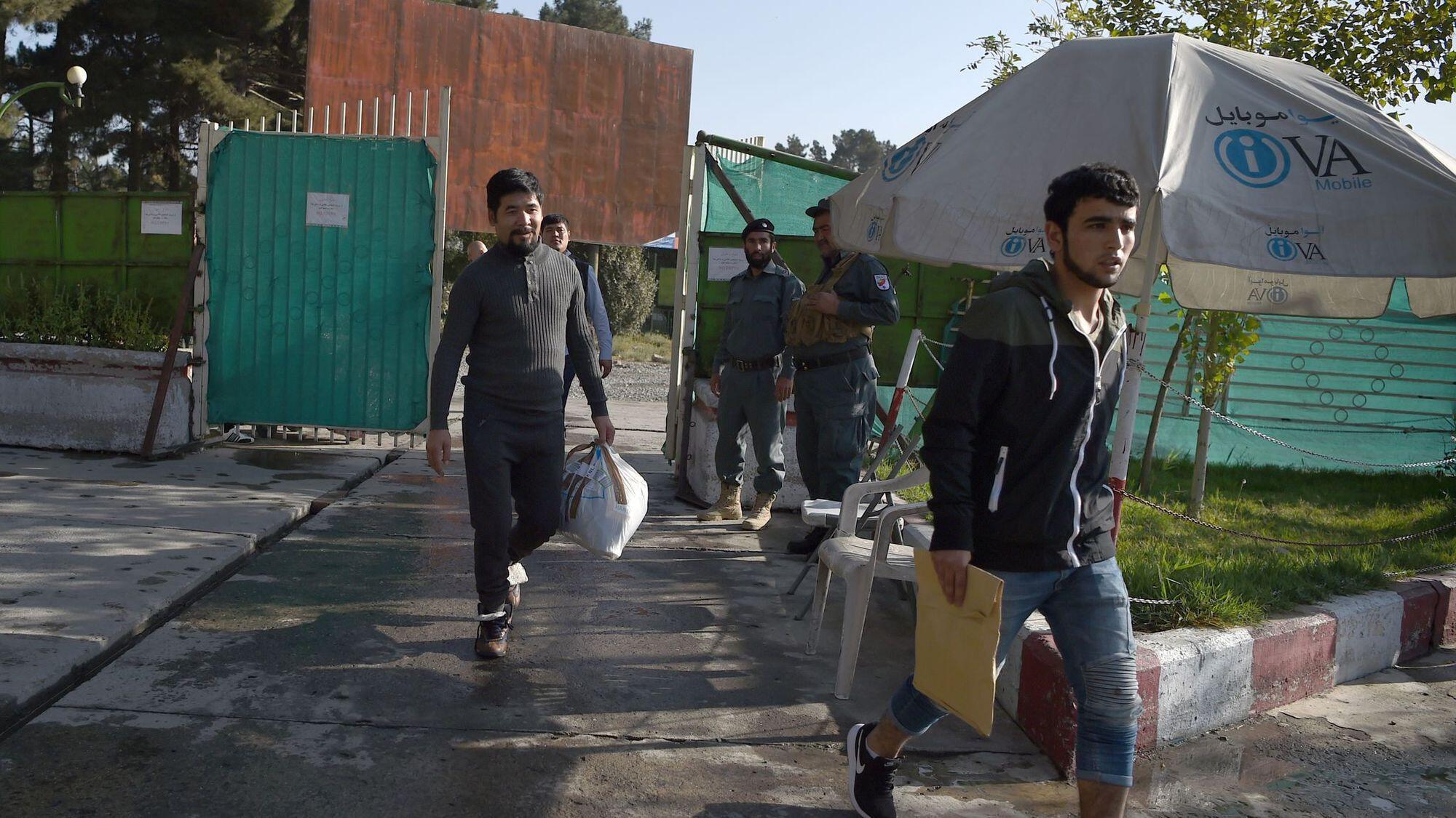 arrivee-a-l-aeroport-international-de-kaboul-de-refugies-afghans-expulses-d-allemagne