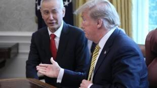 O presidente dos EUA, Donald Trump, com o vice-primeiro-ministro da China, Liu He, na Sala Oval da Casa Branca em Washington, EUA, em 4 de abril de 2019.