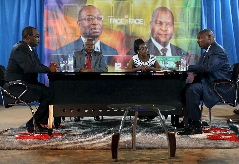 La campagne s'est terminée vendredi soir par un duel télévisé entre les deux candidats Anicet Georges Dologuélé (G) et Faustin Archange Touadéra (D);