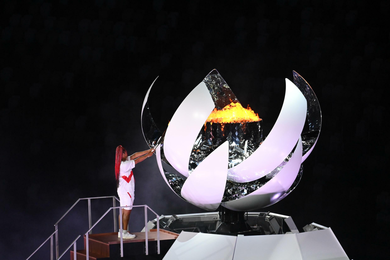 La joueuse de tennis japonaise Naomi Osaka allume la vasque olympique, le 23 juillet 2021 au Stade olympique de Tokyo