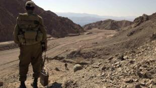Um soldado israelense em Sinai na fronteira entre Egito e Israel