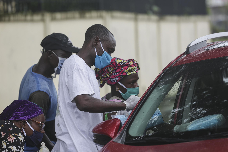 Vendeurs de rue au Gabon, avril 2020.