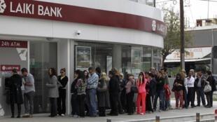 Очередь перед банкоматом в Никосии 21/03/2013